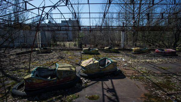Проржавевший аттракцион в парке эвакуированного после аварии на ЧАЭС городе Припять в Чернобыльской Зоне Отчуждения. Архивное фото