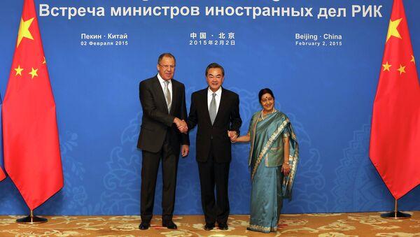 Министр иностранных дел России Сергей Лавров, министр иностранных дел Китая Ван И, и министр иностранных дел Индии Сушма Сварадж перед 13-е заседанием Россия-Индия-Китай
