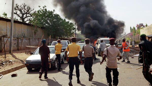 Сотрудники службы безопасности на месте теракта на стадионе в Нигерии