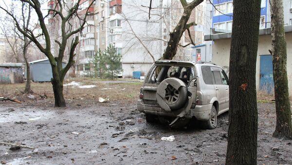 Искореженный в результате обстрела легковой автомобиль в городе Донецке. Архивное фото
