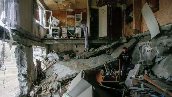 Поврежденный в результате обстрелов жилой дом в городе Енакиево