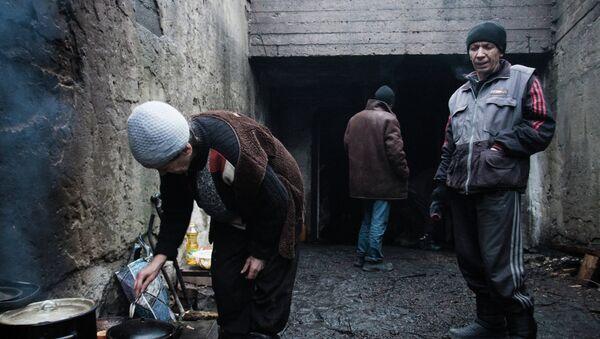 Жители поселка Марьинка Донецкой области в бомбоубежище. Архивное фото