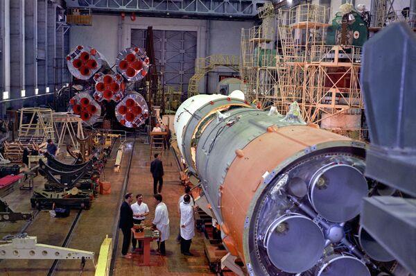 Сборка ракеты-носителя космического корабля Союз