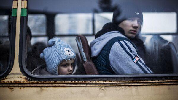 Люди сидят в автобусе, чтобы покинуть зону военного конфликта. Дебальцево, Украина. Архивное фото
