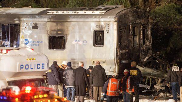 На месте столкновения поезда с автомобилем в Нью-Йорке