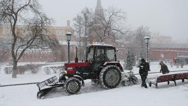 Сотрудники коммунальных служб занимаются уборкой снега в Александровском саду. Архивное фото