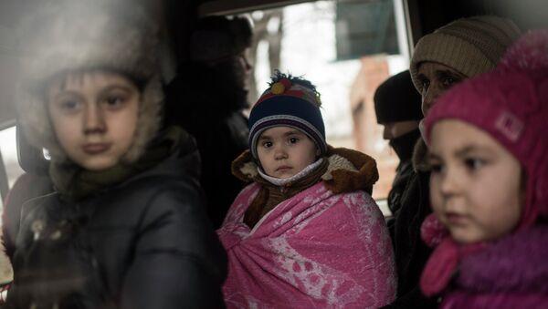 Дети в автобусе, во время эвакуации жителей Артёмовска