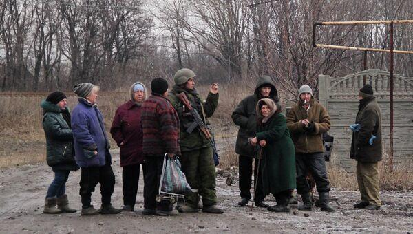 Ополченец Донецкой народной республики среди местных жителей в Углегорске. Архивное фото