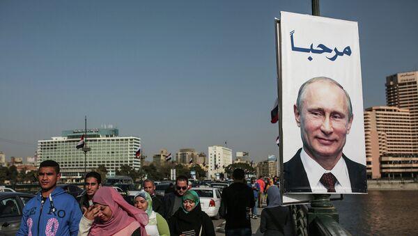 Плакат с президентом России Владимиром Путиным на улице Каира, Египет. Архивное фото
