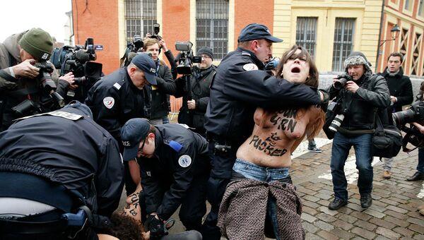 Активистки FEMEN атаковали авто прибывшего в суд Стросс-Кана