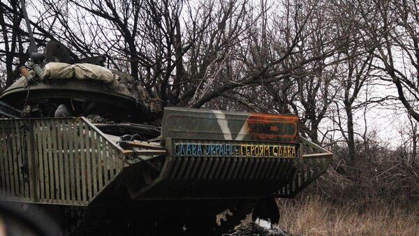 Сгоревшая украинская техника по дороге из Углегорска в Дебальцево. Архивное фото