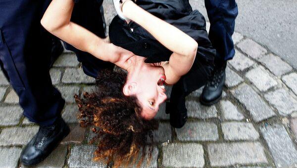 Полиция задерживает активистку Femen, архивное фото
