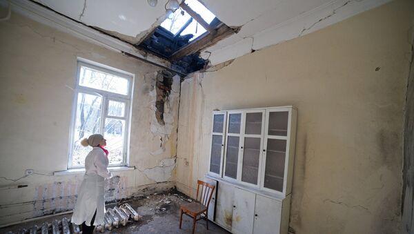 Повреждения после обстрела в городской больнице № 20 в Донецке. Архивное фото