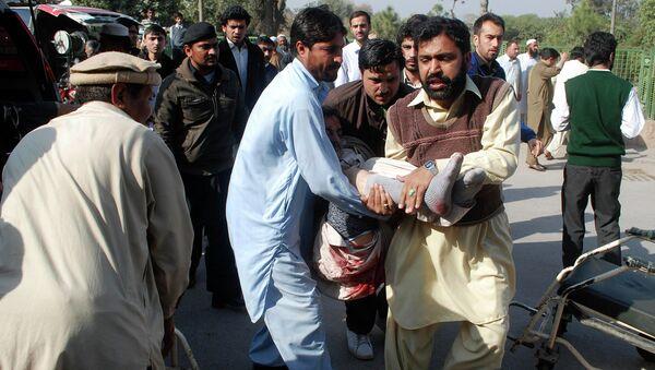 Транспортировка пострадавшего при взрыве в пакистанском Пешаваре