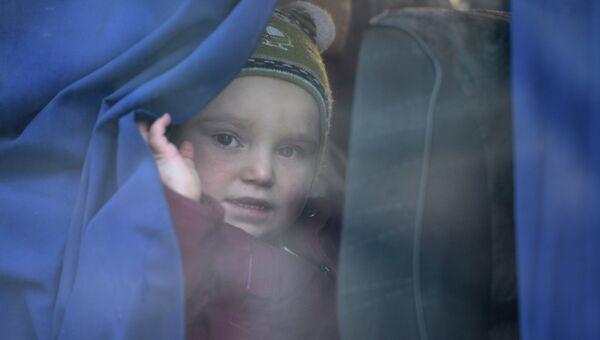 Девочка в автобусе. Архивное фото
