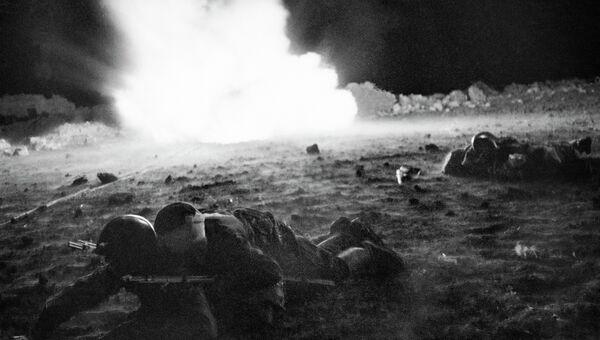 Ночью после боя санитары собирают раненых бойцов. Крымский фронт, апрель-май 1942 год