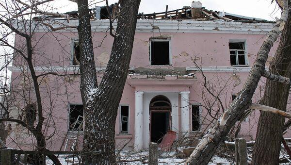 Здание, поврежденное в результате обстрела, на улице Путиловская роща в Донецке
