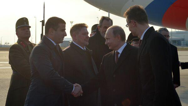 Президент России Владимир Путин во время церемонии встречи в Будапеште, архивное фото.