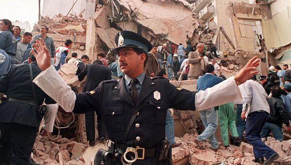 На месте теракта в еврейском культурном центре в Буэнос-Айресе, 1994 год