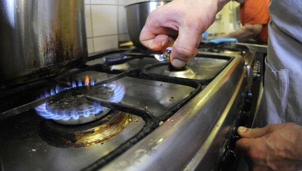 Мужчина готовит на газовой плите. Архивное фото