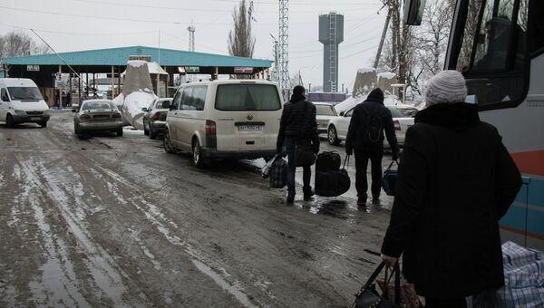 У пропускного пункта Успенка в Донецкой области на границе Украины с Россией. Архивное фото