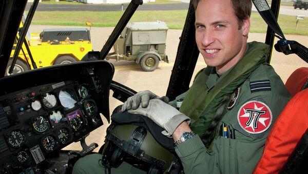 Британский принц Уильям в кабине вертолета. Архивное фото