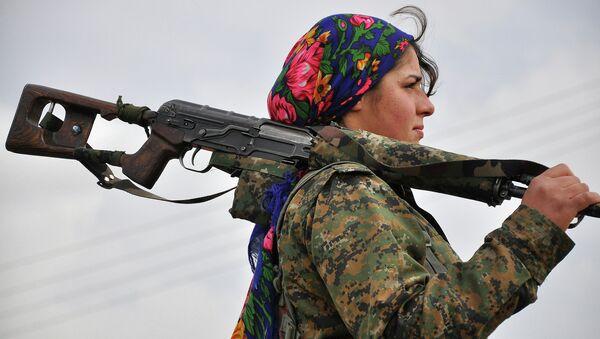 Женщина из курдского отряда YPJ в тренировочном лагере. Архивное фото