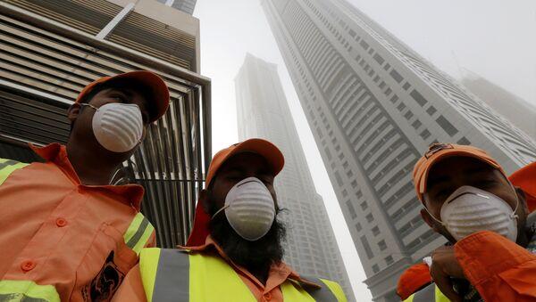 Спасатели на месте пожара в небоскребе Torch Tower в Дубае, 21 февраля 2015