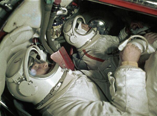 Космонавты Беляев и Леонов в тренажере космического корабля