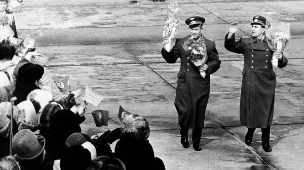 Советские космонавты Алексей Леонов и Павел Беляев в аэропорту после прибытия с космодрома Байконур