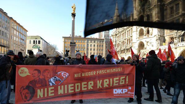 Участники демонстрации против политики НАТО на площади у городской ратуши в Мюнхене