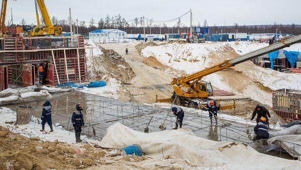 Рабочие заливают бетон на строительной площадке стартового стола космодрома Восточный в Амурской области. Архивное фото