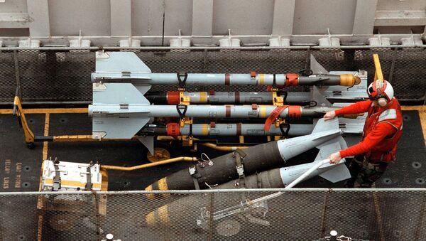 Погрузка вооружения на борт корабля ВМС США