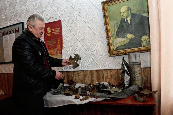 Осколки снарядов, попавшие в здание шахтоуправления шахты имени С.П. Ткачука в городе Харцызске