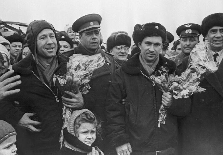 Экипаж корабля Восход-2, Герои Советского Союза, летчики-космонавты Алексей Леонов (слева) и Павел Беляев (второй справа). Встреча в аэропорту города Перми. Март 1965 года