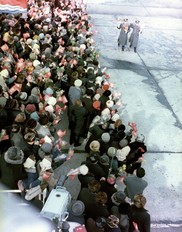Встреча членов экипажа космического корабля Восход-2, летчиков-космонавтов Алексея Леонова и Павла Беляева в аэропорту Внуково. 23 марта 1965 года