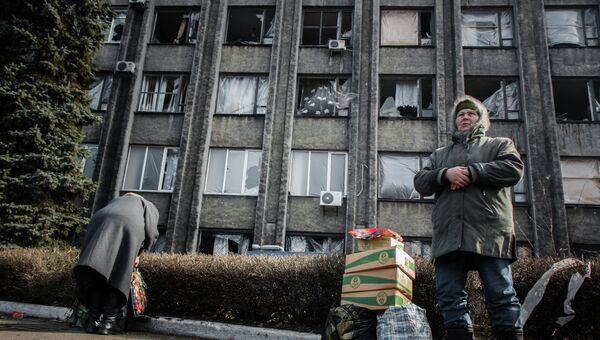 Жители Дебальцево возле комендатуры Донецкой народной республики. Архивное фото