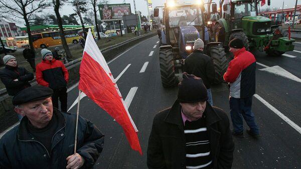 Польские фермеры на дороге, ведущей в Варшаву. Архивное фото