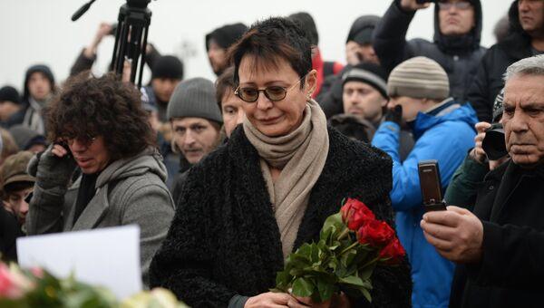 Ирина Хакамада возлагает цветы на месте убийства политика Бориса Немцова. Архивное фото
