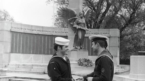 Американский и советский моряки рядом с памятником жителям Бостона, погибшим во Второй мировой войне