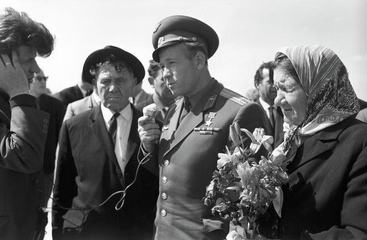 Летчик-космонавт Алексей Леонов с отцом Архипом Алексеевичем и матерью Евдокией Минаевной в аэропорту города Калининграда. Август 1965 года.