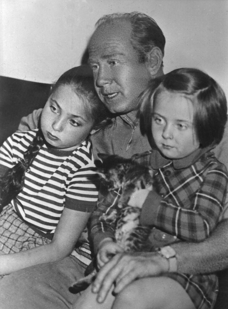 Советский космонавт Алексей Леонов с дочерьми Викой и Оксаной. Снимок сделан в 1971 году.