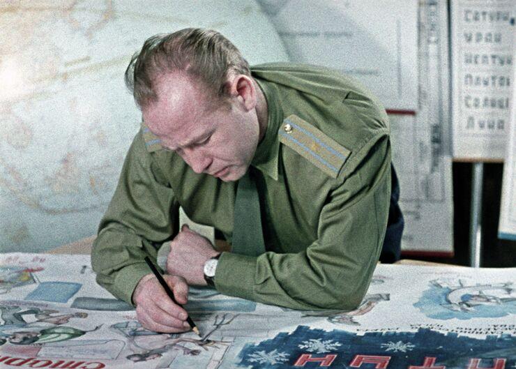 Летчик-космонавт Алексей Леонов за оформлением стенгазеты Нептун. 1965 год
