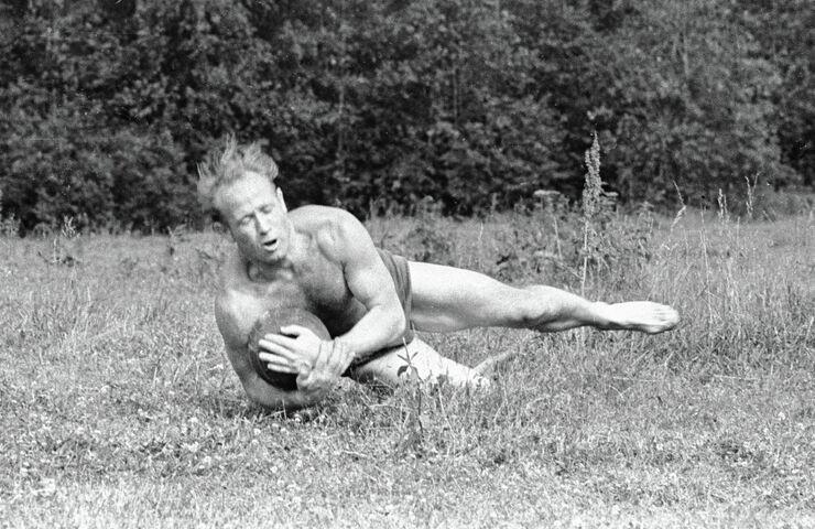 Космонавт Алексей Леонов игает в футбол. 1964 год