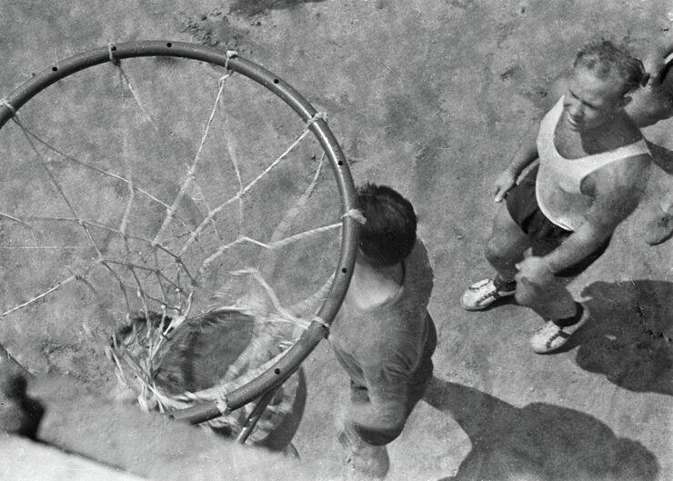 Лётчик-космонавт Алексей Леонов во время игры в баскетбол. 1963 год