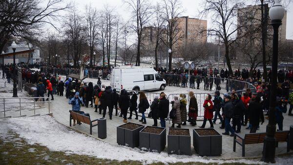 Жители Москвы во время церемонии прощания с политиком Борисом Немцовым в Сахаровском центре