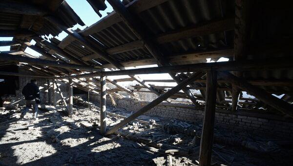 Крыша школы № 42 Донецка после обстрела города украинской армией. Архивное фото