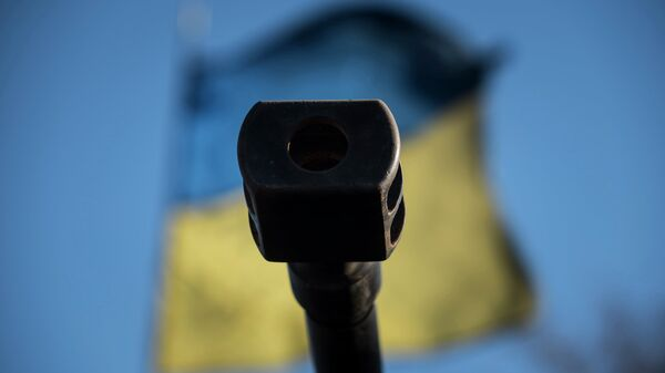 Ствол орудия на фоне флага Украины