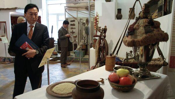 Бывший премьер-министр Японии Юкио Хатояма осматривает экспозицию Крымского этнографического музея в Симферополе