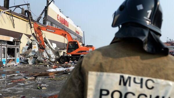 Разбор завалов на месте пожара в казанском торговом центре Адмирал. Архивное фото